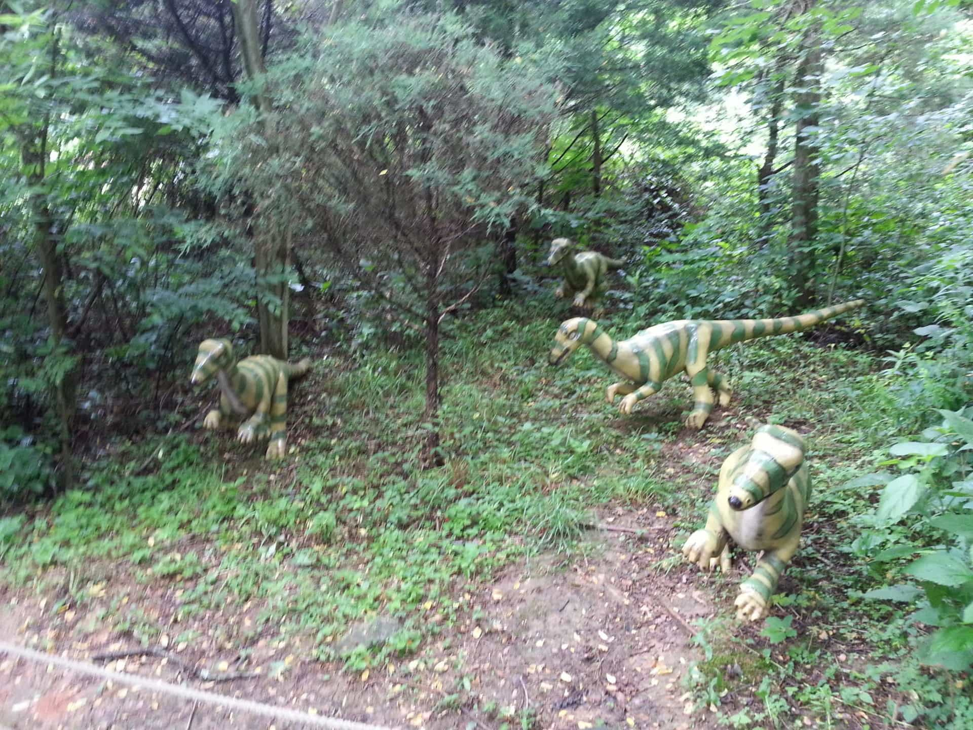 Dinosaur World - Small Dinosaurs in the bushes