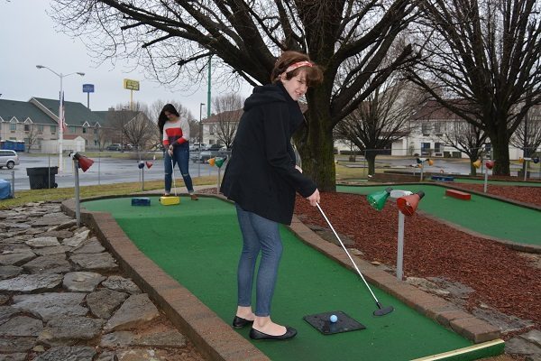 GO USA Fun Park - Playing mini golf