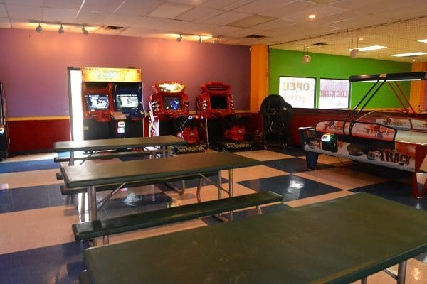 GO USA Fun Park - tables to sit in the arcade area