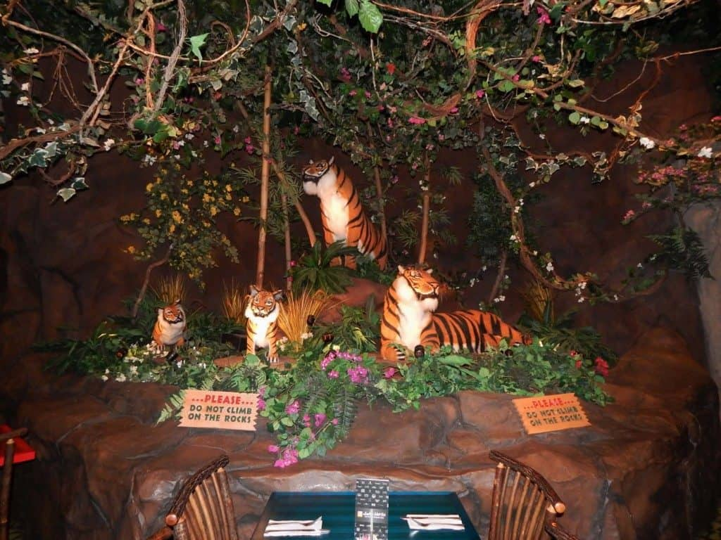 Opry Mills Mall - rainforest cafe tigers