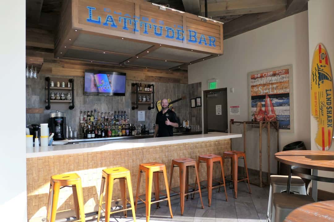 Margaritaville Island Hotel Pigeon Forge - latitude bar and bartender