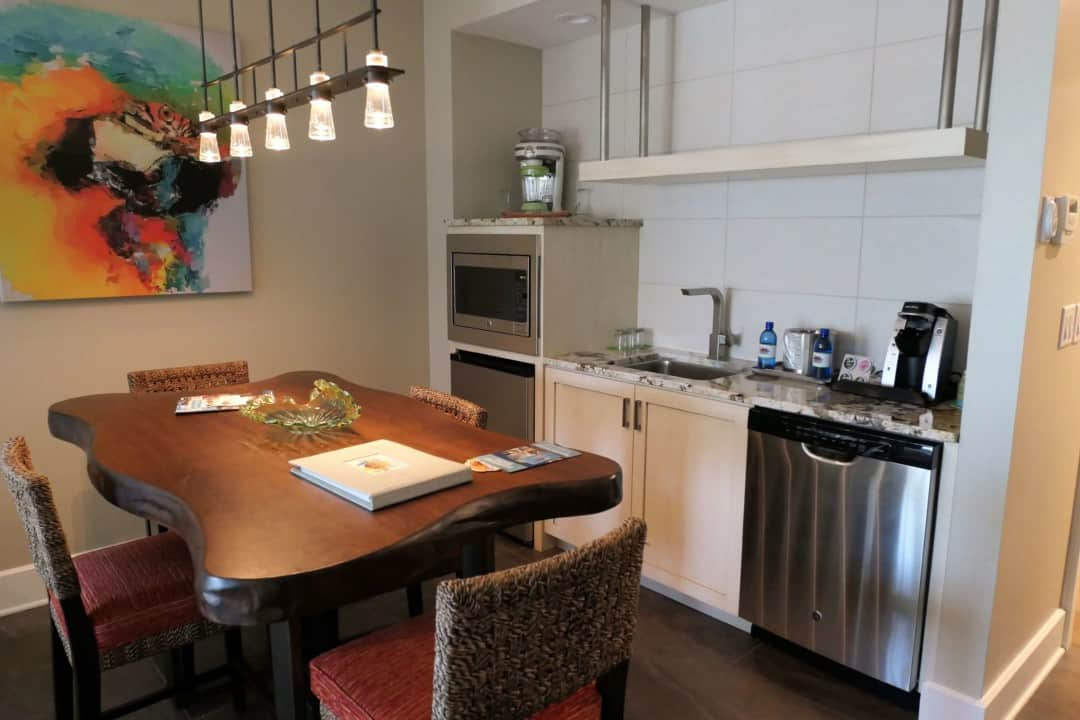 Margaritaville Island Hotel Pigeon Forge - table and kitchenette