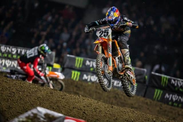 Supercross 3 Motorcycle jumping over dirt
